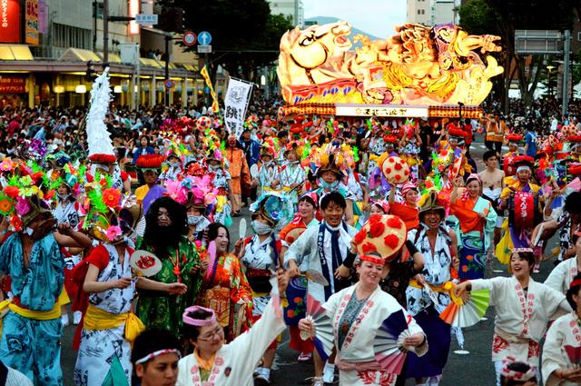 東北六魂祭のパレードでは、参加した6県の踊り手が一緒に練り歩いた=25日午後7時13分、青森市、北村玲奈撮影