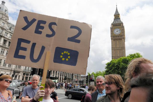 ロンドンで25日、英国民投票で離脱を決めた翌日もなお、抗議デモをする残留支持者たち=AP