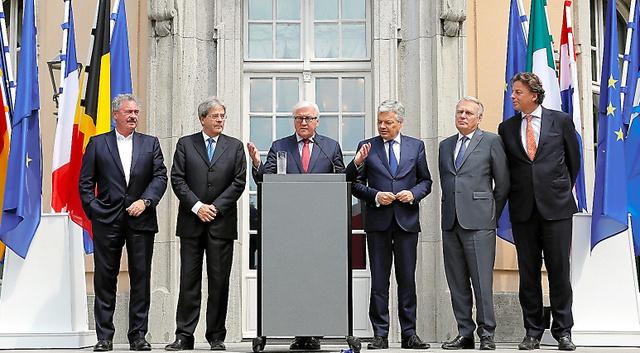 EUの「原加盟6カ国」の外相がドイツ・ベルリンで25日会合を開き、その後の記者会見に臨んだ=ロイター