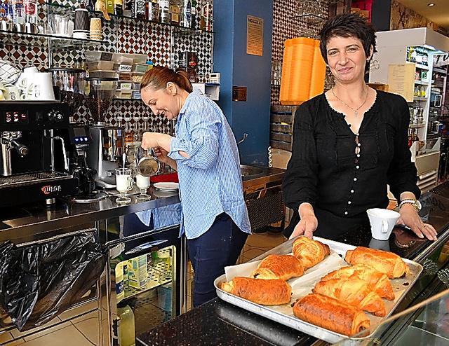 ユガさん(右)が働くロンドン中心部のカフェ。従業員のほとんどが英国以外のEU市民だ=25日、山尾有紀恵撮影