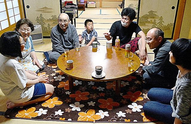 3世代で暮らす鈴木有里子さん(右)の家族。子どもたちの話で笑い声が響いた=山形県鮭川村