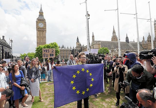 ロンドンで25日、英国民投票でEU離脱が決まってから一夜明けてもなお、デモをする残留派の人たち=AP