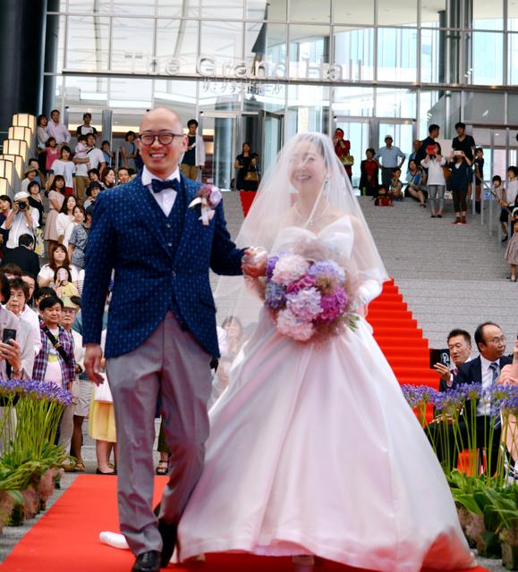 六角堂広場での人前結婚式に臨む平川武さん、若江皇絵さん=久留米市六ツ門町