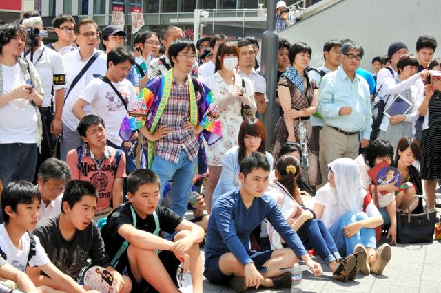 候補者とのトークセッションに参加した若者たち=JR秋葉原駅前