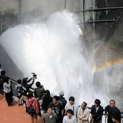 毎秒15トン放水、真横から見学 黒部ダムにテラス新設