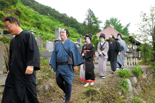 歌舞伎衣装のまま墓参りをする役者たち=秩父市