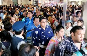 力士ら200人、名古屋入り 大相撲、来月10日に初日