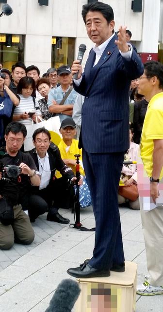 ビールケースの上に乗って街頭演説する安倍晋三首相=26日午後5時55分、JR長野駅前、大久保貴裕撮影