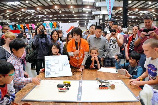 シリコンバレーで開かれた「ヘボコン」で、その場で作ったロボットで対戦する子どもたちと観客=サンマテオ、宮地ゆう撮影
