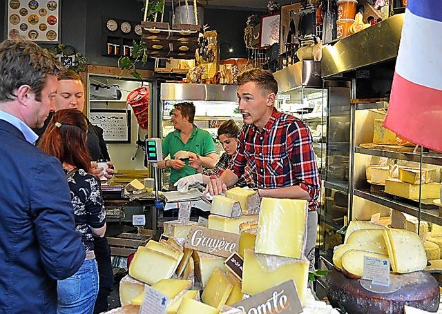 市場に並ぶ豊富なフランス産チーズ。値上がりも懸念される