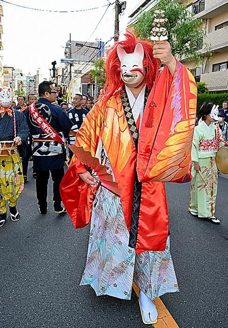 5月の吉原神社例大祭で、「狐」が街の平和や発展を祈りつつ神輿(みこし)を先導した=東京都台東区