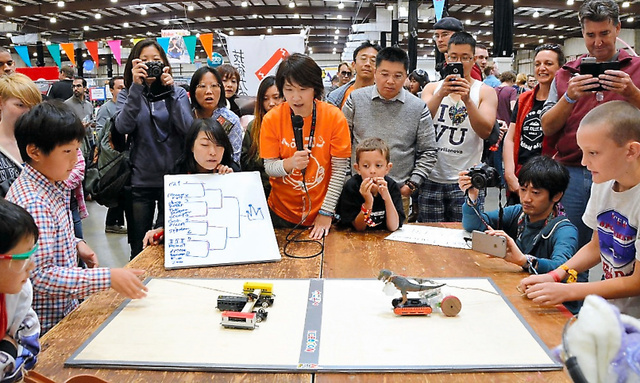 シリコンバレーで開かれた「ヘボコン」で対戦する子どもたちと観客
