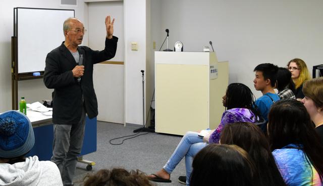 米国の学生たちに被爆体験を語る前田稔さん=長崎市平野町の長崎原爆資料館