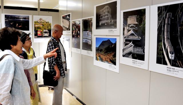熊本地震報道写真展に見入る人たち=東京都中央区の朝日新聞東京本社