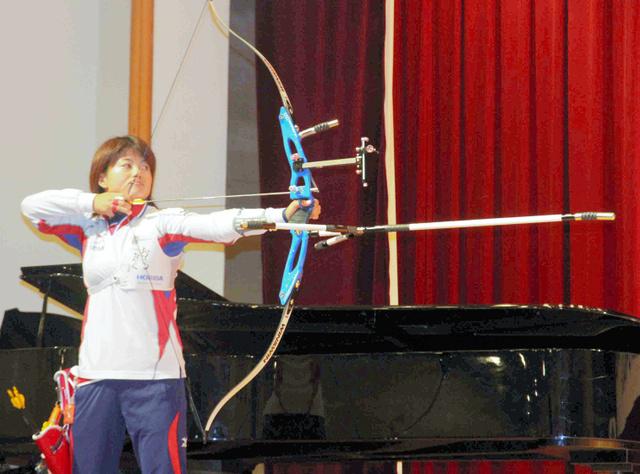 後輩の前で、アーチェリーの矢を射る林勇気選手=神戸市灘区