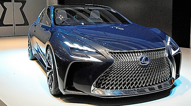 トヨタ自動車が試作したレクサスには、ドアミラーがない=昨年10月、東京都江東区