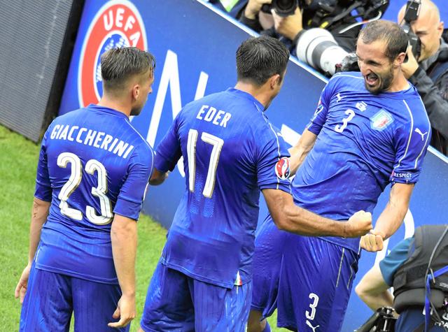 先制点を決めてチームメートと喜ぶイタリアのキエリーニ(右)=AFP時事