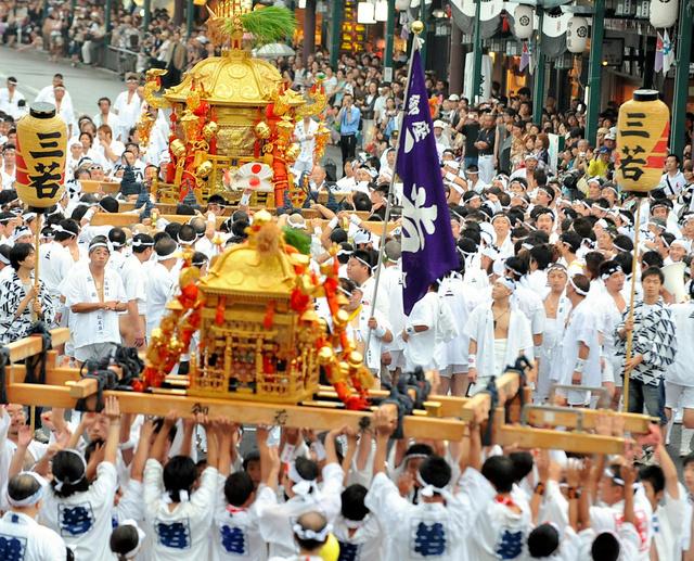 神幸祭で街を練り歩く神輿=2009年撮影