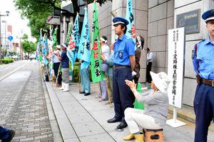 中国電力前で抗議の声を上げる原発反対派の人たち=広島市
