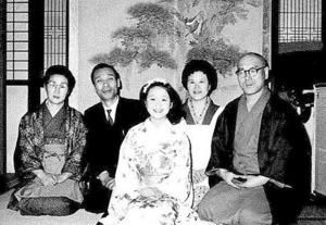 故郷新潟での少女時代の晴れ姿。真ん中の着物姿が本人。後ろから娘の左右に顔を出しているのが両親(左が父・喜代照さん、右が母・イツさん)=幸子プロモーション提供