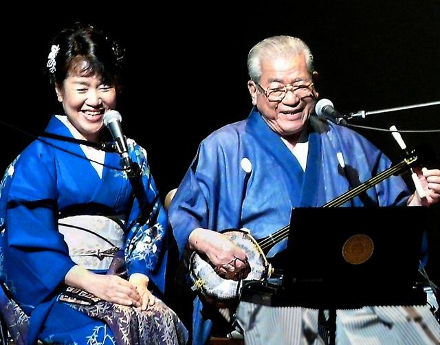 娘のかおりさんと歌う武下和平さん=鹿児島県奄美市