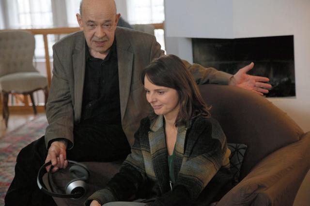 映画「スモレンスク」の撮影現場で出演者に演技指導するクラウゼ監督(左)=ヤツェック・ピォトロフスキ氏撮影