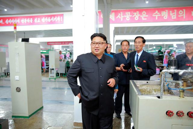 製糸工場を視察する金正恩朝鮮労働党委員長。日時は不明。朝鮮中央通信が21日報じた=朝鮮通信