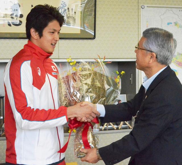 富岡清市長と握手する古賀淳也選手(左)=熊谷市役所