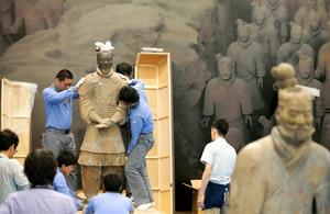 兵馬俑の「軍団」、大阪・中之島に上陸 本物の展示作業