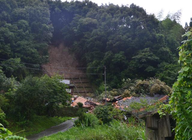 裏山が崩れ、住宅は土砂や樹木で押しつぶされていた=28日午後4時すぎ、姶良市蒲生町北