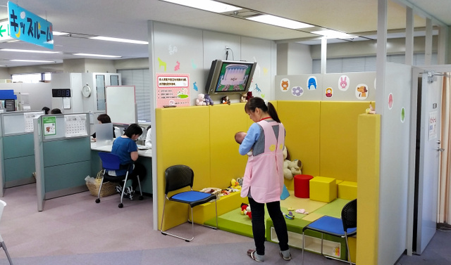 大阪・難波にある「大阪マザーズハローワーク」。専用スタッフに子どもを預けて求職相談ができる=大阪市