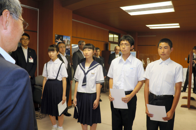 青森市平和大使に任命された(右から)西村さん、木浪さん、我満さん、中村さん=市役所