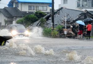 九州各地で非常に激しい雨 住宅に土砂、九州道通行止め