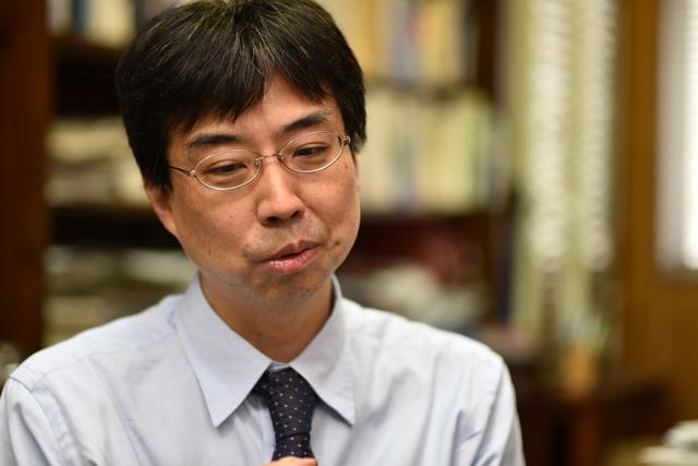 千葉大医学研究院教授の清水栄司さん=千葉市
