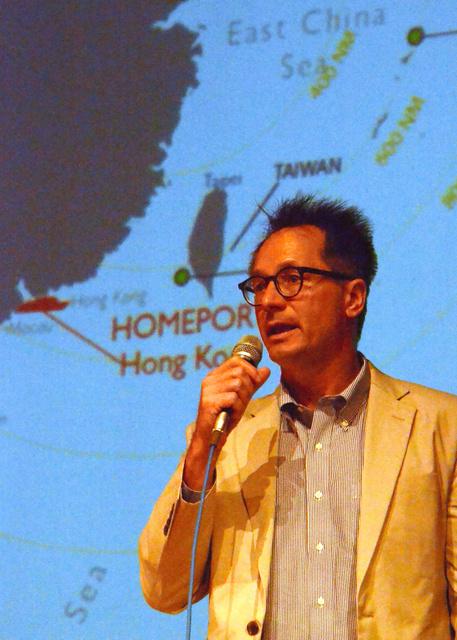 客船寄港拠点の開発計画を説明するロイヤル・カリビアン・インターナショナル社の幹部=龍郷町のりゅうゆう館