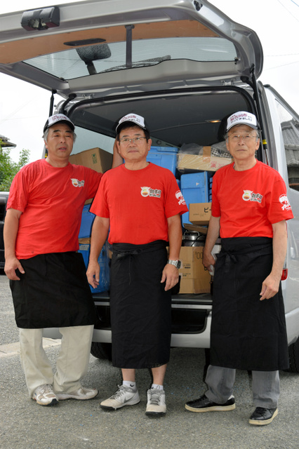 被災地に向かう準備をする「うまいでぇ!加古川かつめしの会」のメンバー=加古川市内