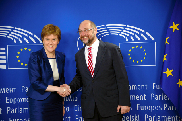 シュルツ欧州議会議長(右)と握手するスコットランド自治政府のスタージョン首席大臣(AFP時事)