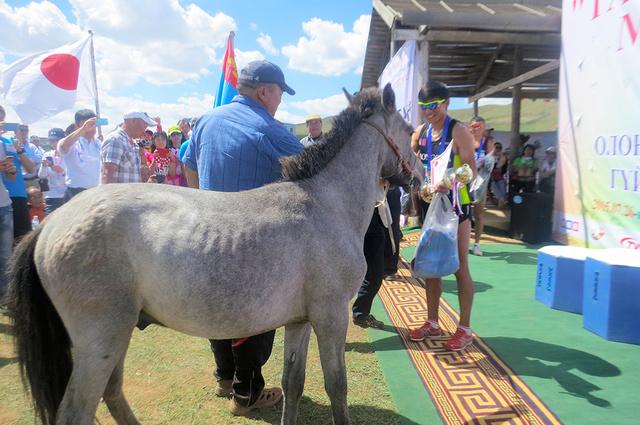 昨年のモンゴル国際草原マラソン。ハーフ優勝者に馬が贈られた=日本事務局提供
