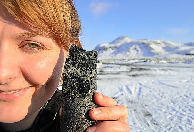 アイスランドのCCSの実験場所で掘り出された岩石=米コロンビア大提供