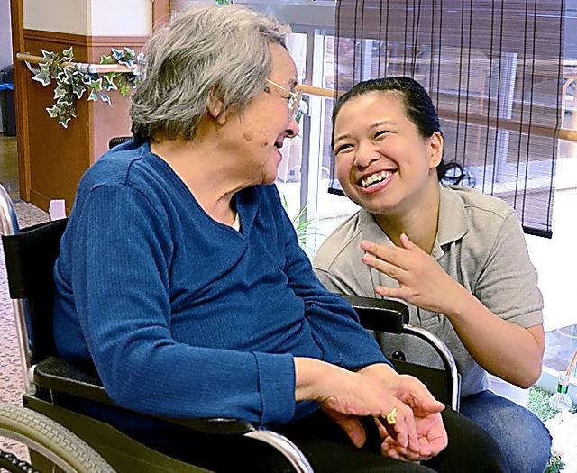 特別養護老人ホーム「宝塚ちどり」で働きながら介護を学ぶEPAの候補生(右)=兵庫県宝塚市