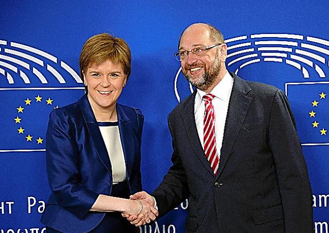 シュルツ欧州議会議長(右)と握手するスコットランド自治政府のスタージョン首席大臣=AFP時事