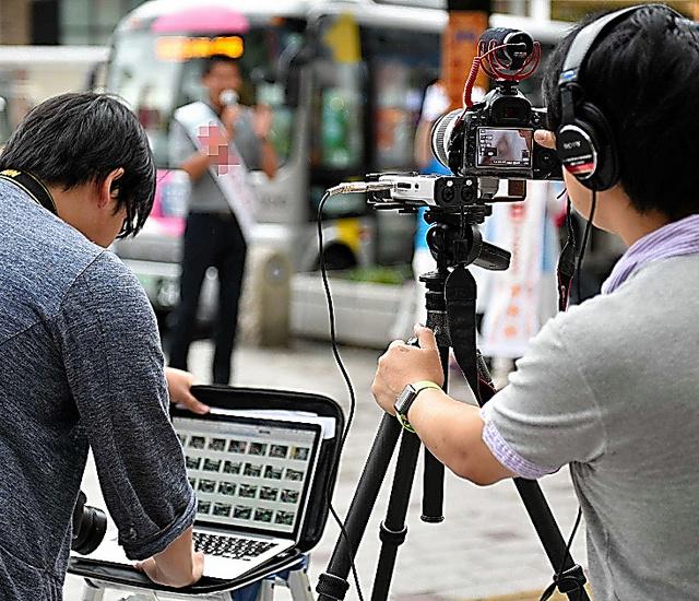 候補者の演説を動画や写真で撮影するスタッフ。その場でSNSにアップした=28日、東京都武蔵野市、恵原弘太郎撮影(たすき部分を修整しています)