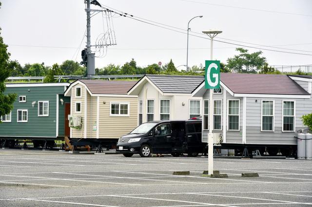 福祉避難所として利用されているトレーラーハウス=15日午後1時53分、熊本県益城町、福岡亜純撮影
