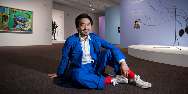 会場構成を担当した「ポンピドゥー・センター傑作展」の展示室で。ジグザグの壁が続く=東京・上野の東京都美術館