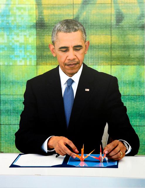 外務省から提供され、原爆資料館に展示されたオバマ米大統領の写真=30日午前、広島市中区、青山芳久撮影