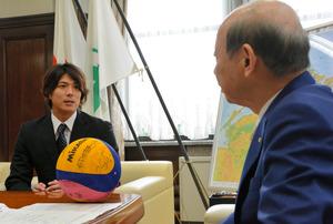 富山)水球・保田選手「ベスト8めざす」 知事らに抱負