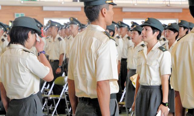 上官ら(手前)にお礼を述べる新隊員たち=佐世保市の陸自相浦駐屯地