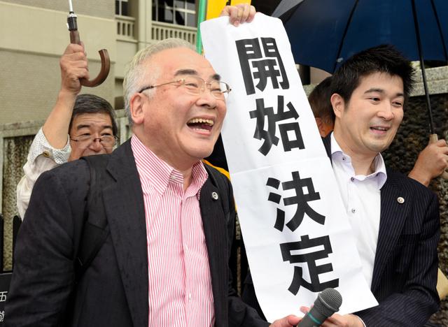「開始決定」を受け笑顔で記者の質問に答える弁護団=30日午前、熊本市中央区の熊本地裁前、長沢幹城撮影