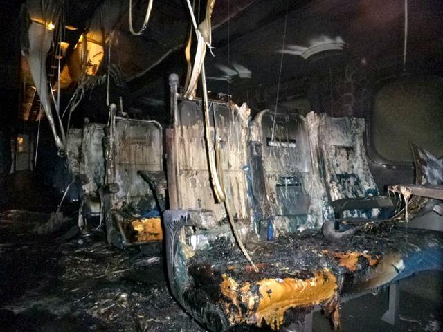 火災があった1両目の先頭部分。座席が激しく燃え、天井からパネルや灯具カバーなどが落下している=運輸安全委員会提供