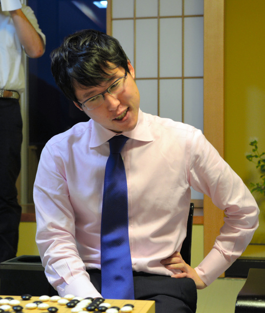 5連覇を達成した井山裕太本因坊=30日午後、福島市